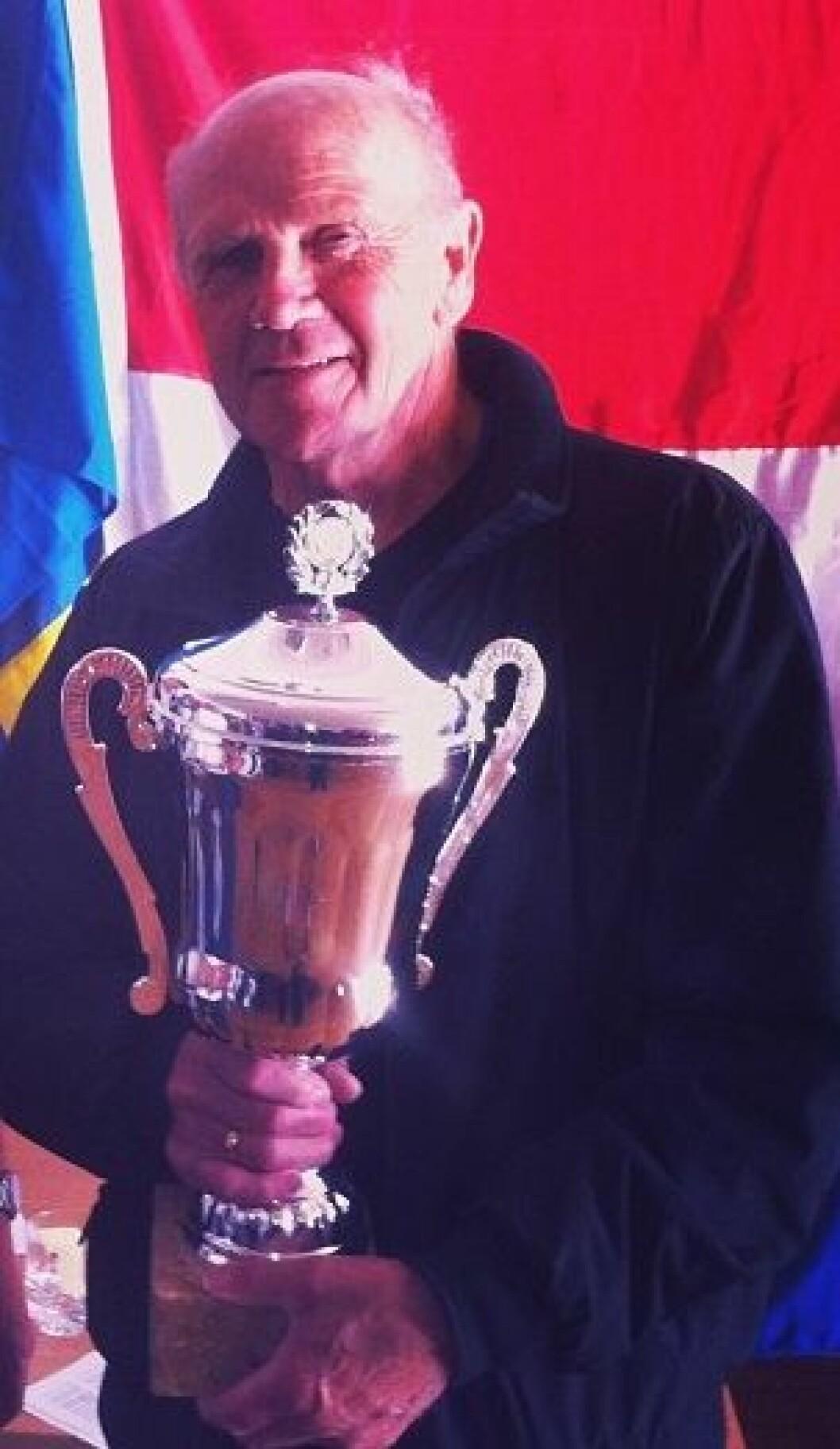 Rolf Hermansen med vandretrofeet. Foto Anne Lise Myklebust.