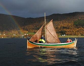 Lærer å seile i nordlandsbåt