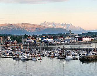 Feirer ny havnepromenade og gjestehavn