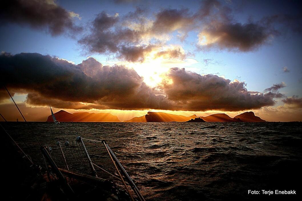 MOT VÆRØY: Dette bildet bør friste noen og enhver til å delta i Nordland Offshore Race. Bildet er tatt på vei mot runding Værøy i årets regatta.