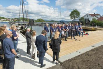GOD BØR: Oslo Sjømannskor sang under åpningen, Askers ordfører og rådmann lytter og fembøringen «God Bør» ligger på plass i sin nye havn.