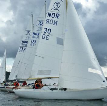 BESKJEDEN VIND: Det var tette felt og beskjeden vind under NM i IF. Nærmest i bildet seiler bronsemedaljørene Terje Johannesen og Per Erik Ristvedt.