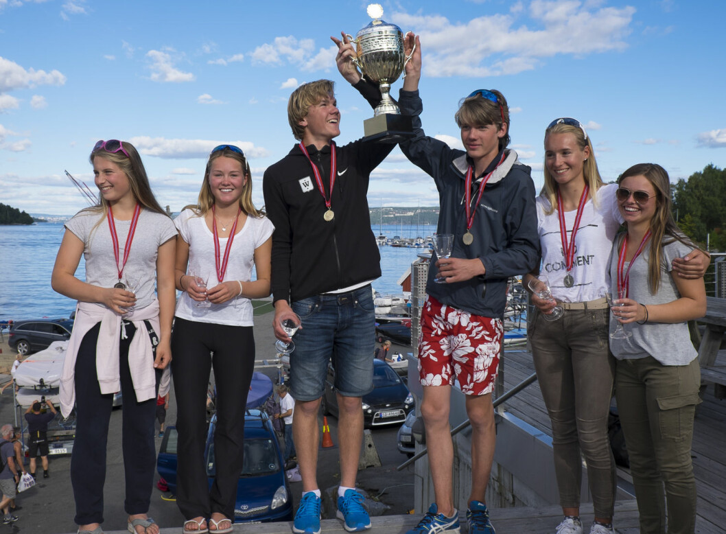 TIL TOPPS: Jostein Aker og Jacob Undrum vant 29er-NM, foran Maren Edland og Emilie Dahl Andersen (til venstre) og Pia Dahl Andersen og Nora Edland og Pia Dahl Andersen til høyre.