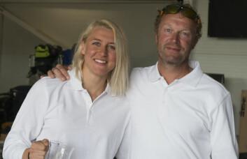 LEDER: Marthe Olsen er best av de kvinnelige shorthanded-seilerne i år. Her sammen med faren Truls etter 3. plass i Seapilot 2Star.