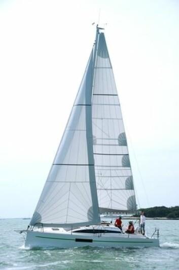 OVERLAPP: RM970 har en moderne rigg med vant satt i skrogsiden. Med masten plassert langt akter, samt delte vant gjør det mulig med et stort forseil.