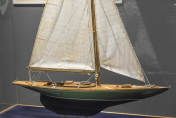 «SIRA»: En modell av kong Haralds 8-meter «Sira» var en del av utstillingen om kongelig seiling.