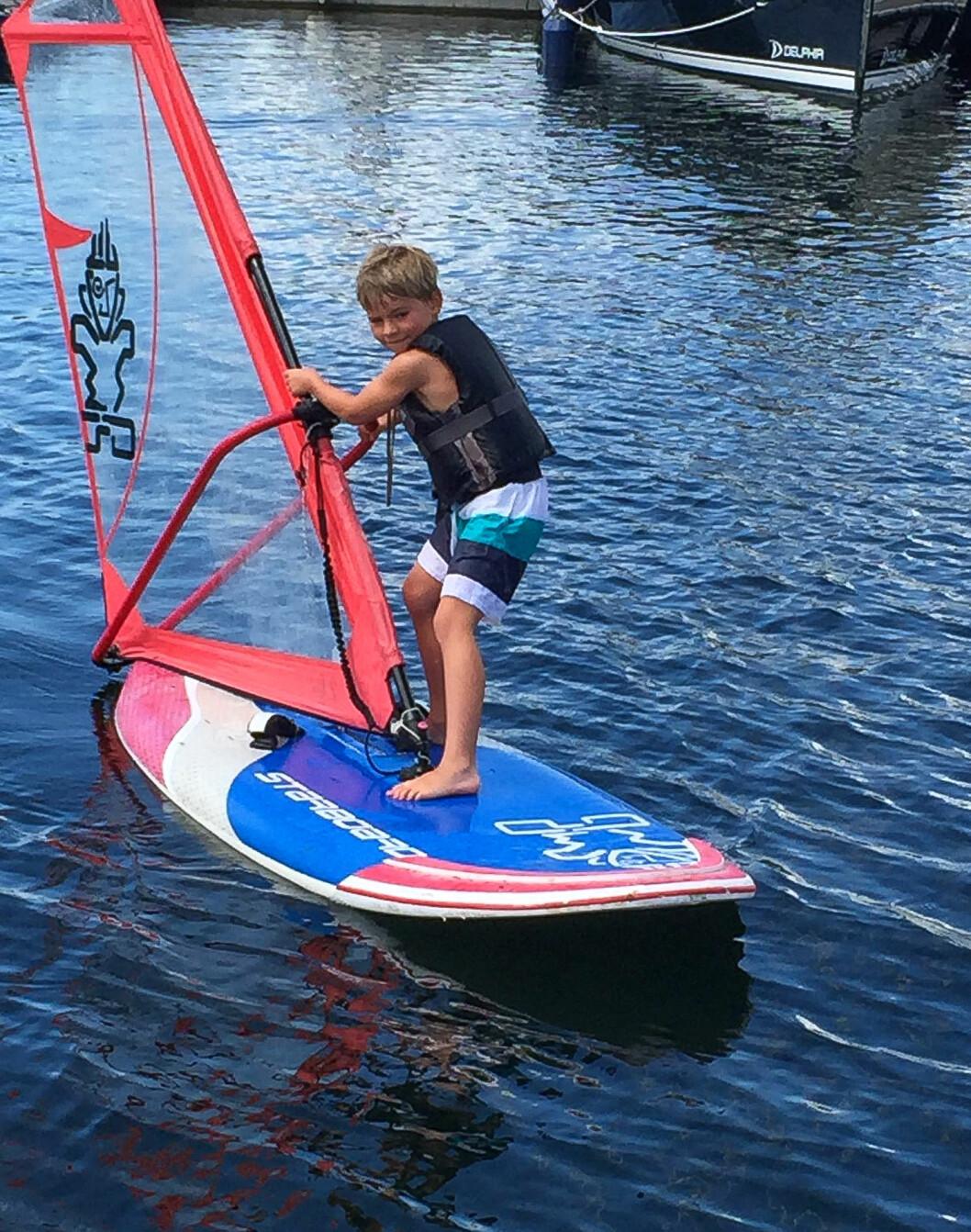 Sommercamp i Drøbaksund Seilforening: Mye lek og moro på, i og ved vannet, og mange fikk prøvd seg på brett og jolle.