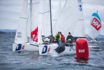 TETT: Med korte baner og ni båter i feltet ble det tett og intenst i rundingene.