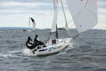 PÅ LENSEN: Jahre-laget nærmest har jibbet til babords halser og er på vei mot mållinjen. Lenger unna gjør Spone-laget seg klar til jibb for så å seile mot mål for styrbordshalser.