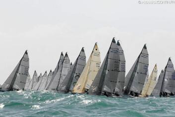 74 BÅTER: Med 74 båter på startlinjen, mye vind og store bølger blir det spektakulære starter.
