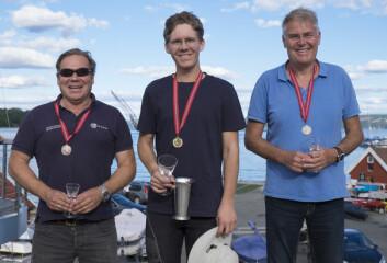 NM I 2016: Tre medaljører i Finnjolle på pallen; fra venstre Tore Glen Berg, Lars Johan Brodtkorb og Reidar Fosse.
