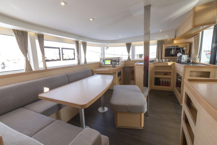 SALONG: Lagoon 42 er blitt hyggelig under dekk. Salongen gir sitteplass til mange, med super utsikt. Mastestøtten er et minus.