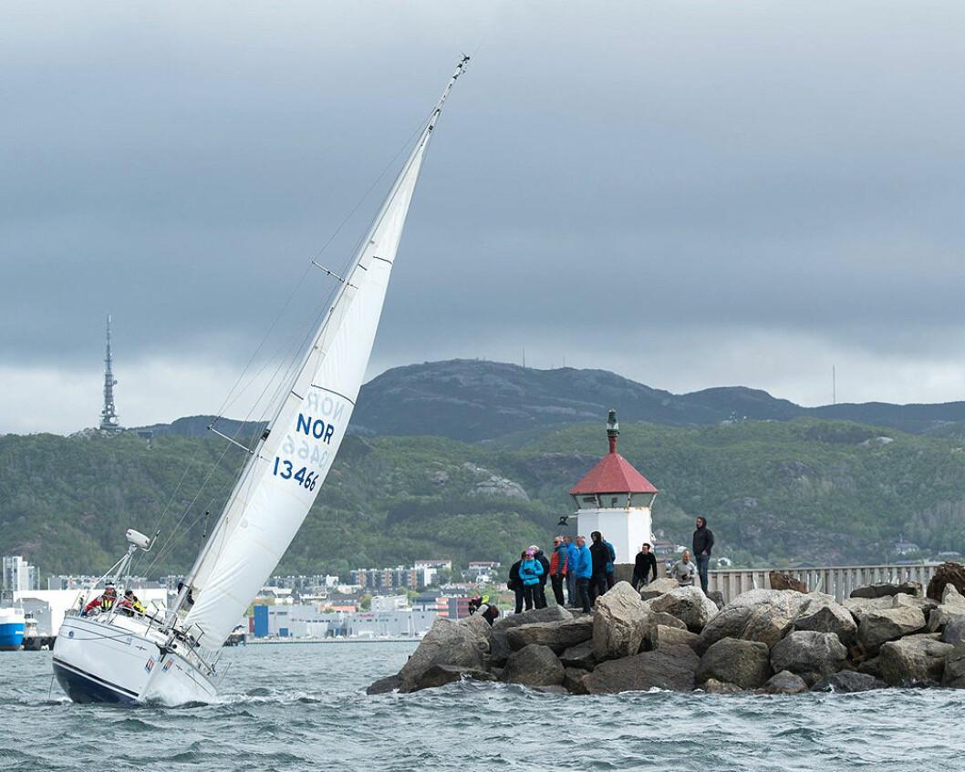 TETT PÅ: Starten foregår i indre havn i Bodø, og publikum for et spennende og flott skue når alle skal ut igjennom moloåpningen.