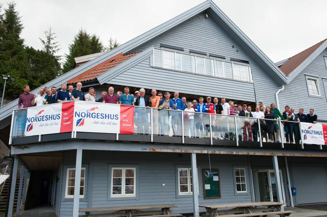 DOMINERER: Store deler av denne gjengen som er samlet i klubbhuset til Askøy Seilforening, dominerer listen over årets beste shorthanded-seilere.