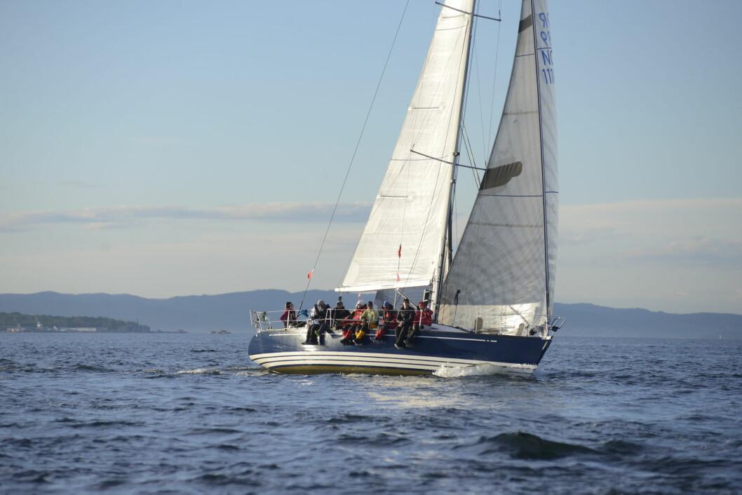 PIXELINE: Etter en stund onsdag kveld kunne mannskapet om bord i PIXELINE sette spinnakeren.