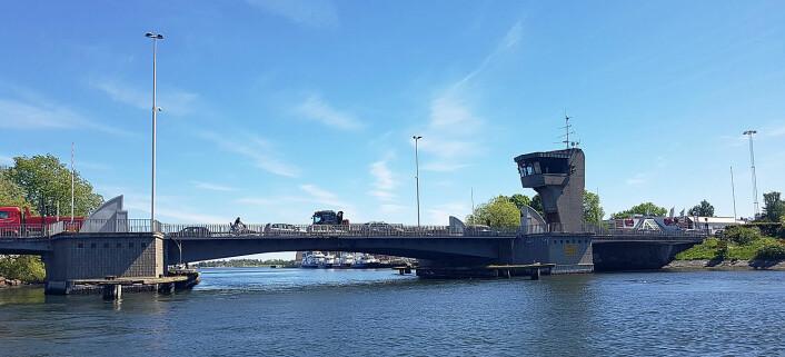 BROEN: Et av spenningsmomentene under Færderseilasen blir trafikkavviklingen over og under broen i Tønsberg.