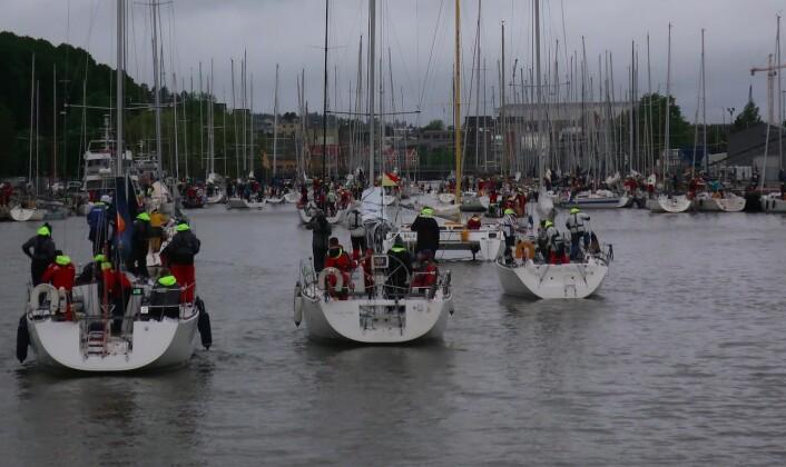 TETT: Svært mange båter ventet på broåpningen kl 0800.