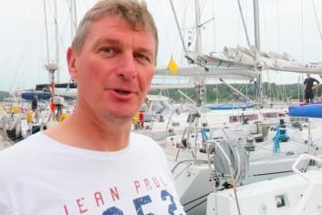 RASK: Colin Campbell jobber for å lære båten å kjenne. Det ser ut som mye stemmer under første del av Raymarine 2Star.