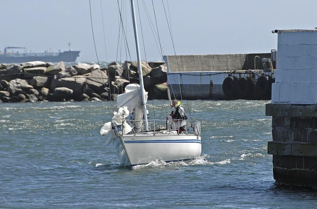 FØRST: Jan Møller var den første til å svinge inn bak moloen i Skagen havn søndag formiddag.