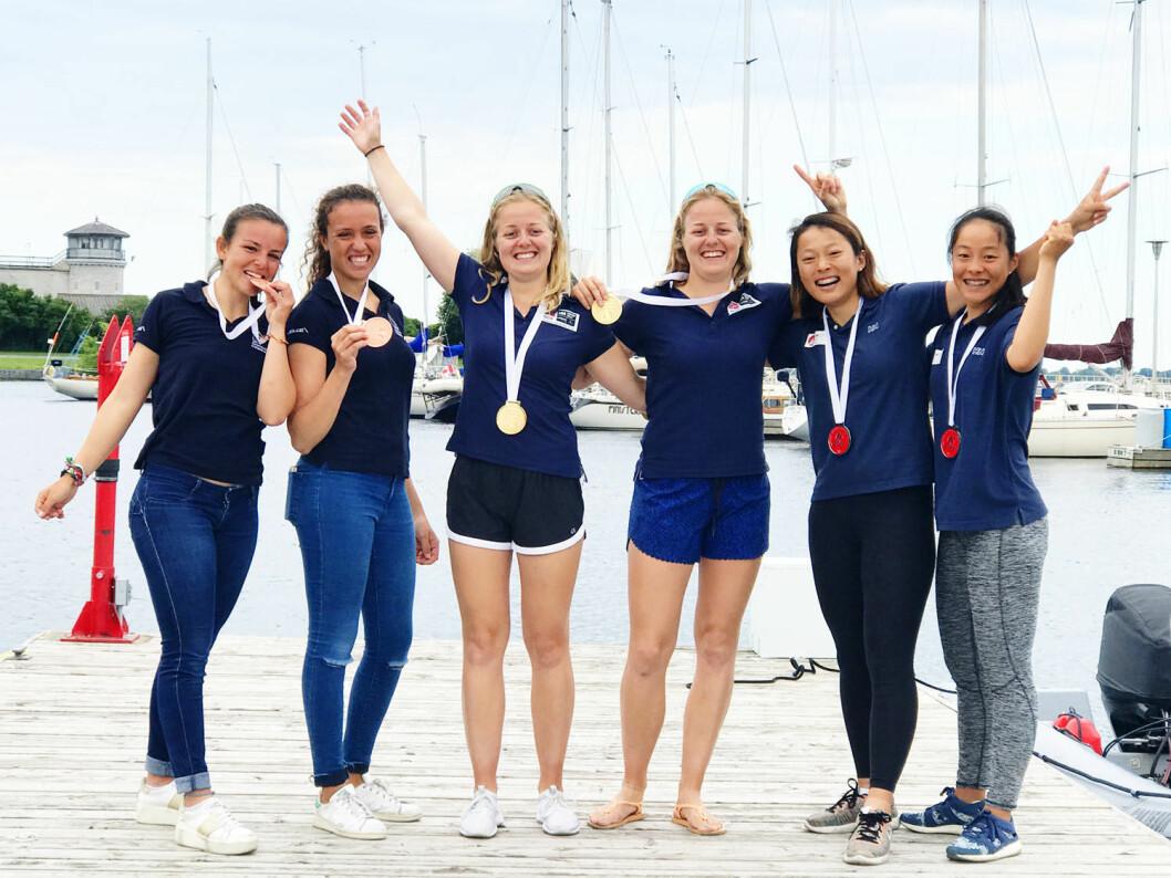 GULL: Maia og Ragna Agerup vant gull i U23-VM i 49erFX-klassen. Til venstre de spanske bronsevinnerne og til høyre de japanske sølvmedaljørene.