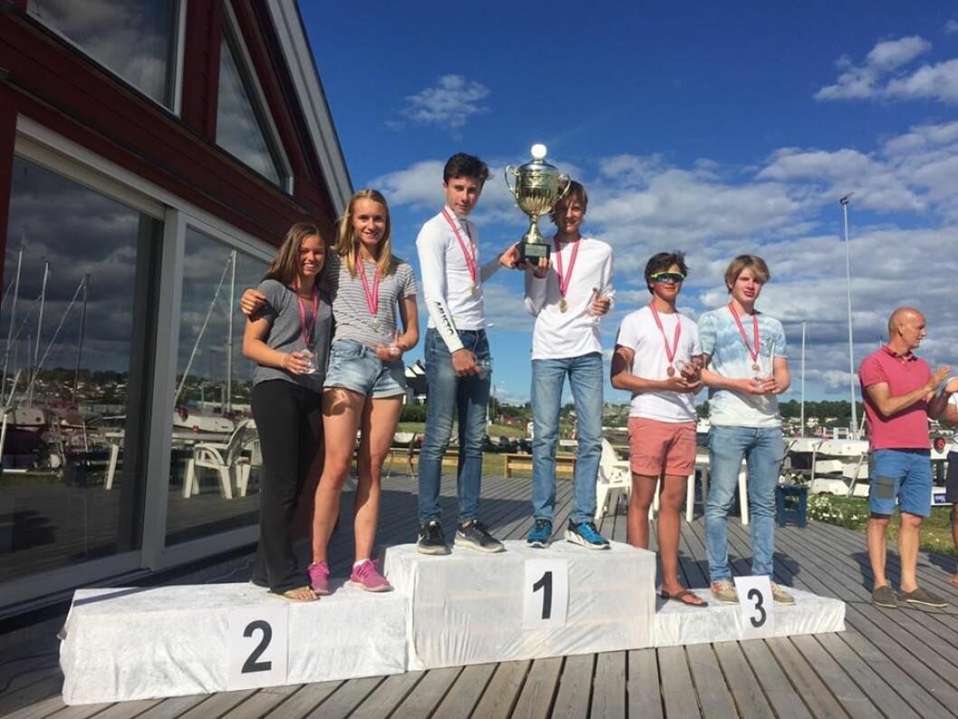PALLEN i 29ER: Mathia Berthet og Alexander Franks-Penty vant gull i 29er. Sølvet gikk til Emilie Dahl Andersen og Maren Edland. Bronse til AlexanderHylen Klippenberg og Jeppe Nilsen.