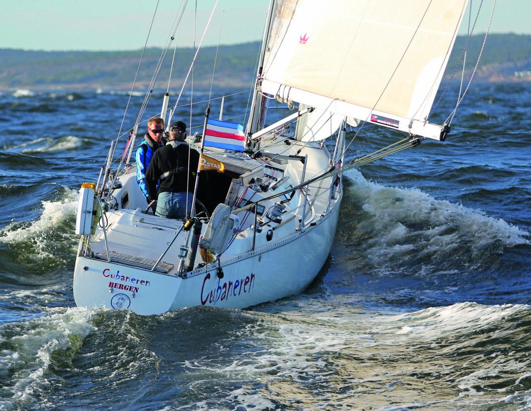 I TETEN: Den norske båten «Cubaneren» kniver helt i teten i den amerikanske regattaen Transpac.