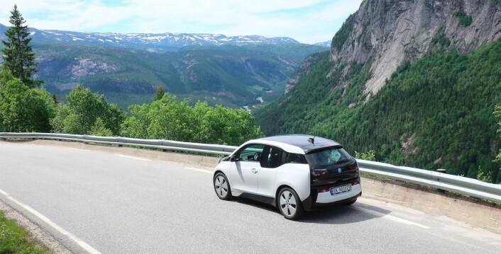STRØM: Det gikk som en drøm å kjøre elbil til Vestlandet. Vi opplevde ingen ladekø de få stedene vi trengte strøm. Enegriforbruket tilsvarer 0,12 liter bensin per mil for en bil med fossilmotor.