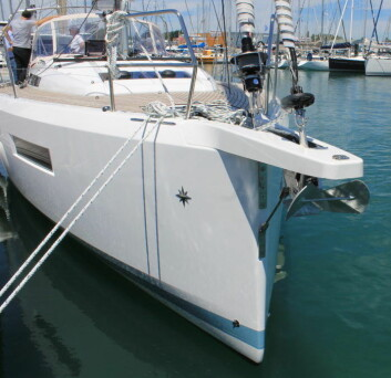 BRED: Sun Odyssey 440 har knekkspant rett over vannlinjen fra baugen.