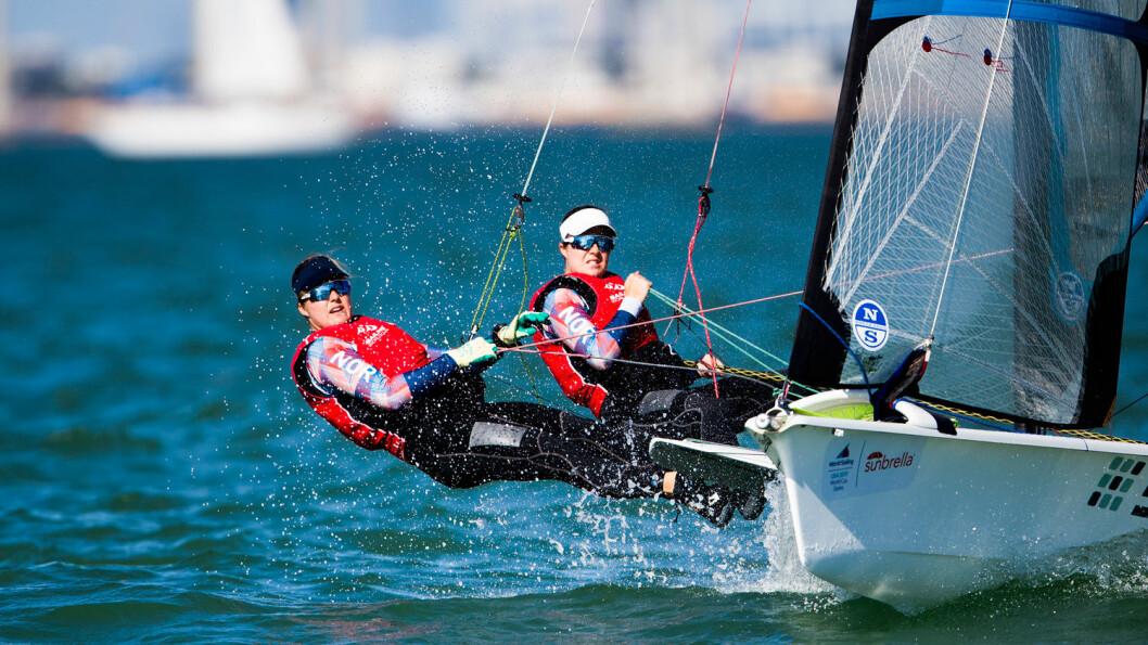 PÅ PALLEN: Etter to dagers seiling ligger Ragna og Maia Agerup på 2. plass etter 2. dag av prøve VM
