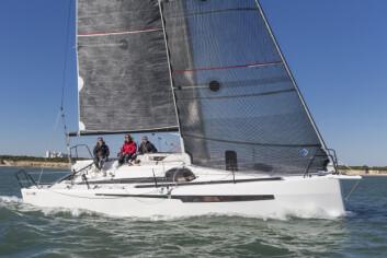 TRENDY: Ofcet 32 har linjer fra en moderne motorbåt. Negativt spring og vinduene er med på å gi båten et særpreg.