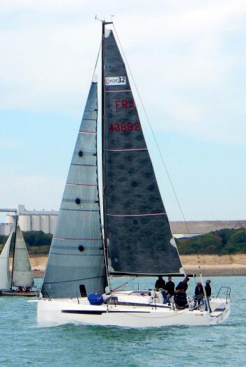 RIGG: Ofcet 32 har et lettdrevet skrog, og klarer seg med en lite seilareal, selv i lett vind. Det gjør båten også enklere å håndtere.