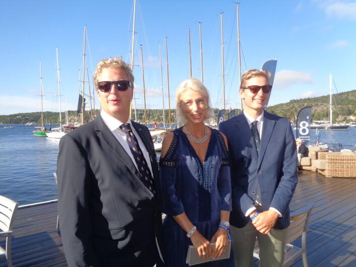 Danckert Mellbye er sjefen for verdensmestserskapet på Hankø. Her sammen med fru Kaia og sønn Mads før mottakelsen på Kongeskipet