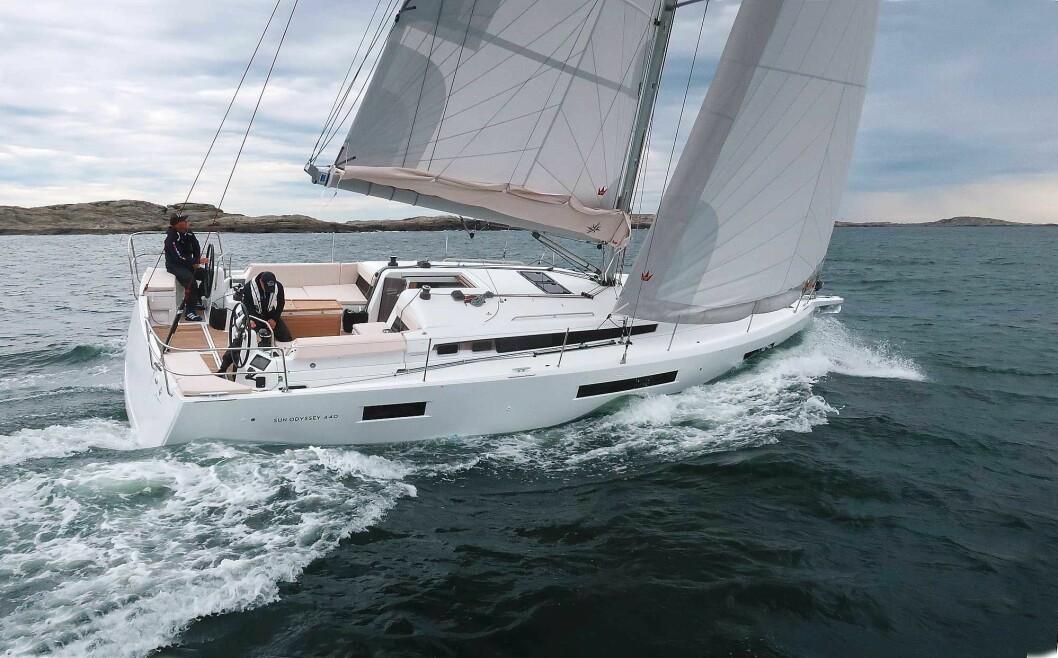 RASK: I frisk vind så vi 9 knop på loggen. Båten har god stabilitet og et bra rorgrep.
