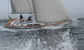 RASK: Hallberg-Rassy 44 testet ut fra Ellös i frisk vind.