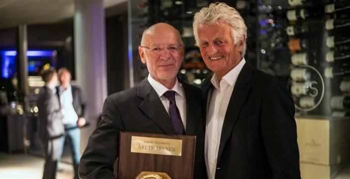 I 2016: Jan Steven Johannessen (t.v) ble Årets trener i 2016. Prisen ble delt ut av Iens Ludvig Høst som fikk tittelen i 2015.