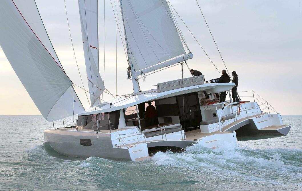 TRIMARAN: Neel 51 er en turseiler med tre skrog. Den krnger mer enn enn katamaran, men ikke så mye som en enskrogsbåt.