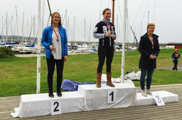 LASER RADIAL: Caroline Sofia Rosmo besteg det øverste trinnet av pallen, Celine Therese Herud tok søv og Anette Melsom Myhre bronse.