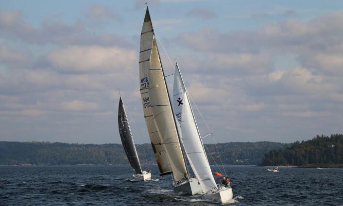 LITEN BÅT: Med en liten båt i et felt med store båter, gjelder det å seile smart og i fri vind.