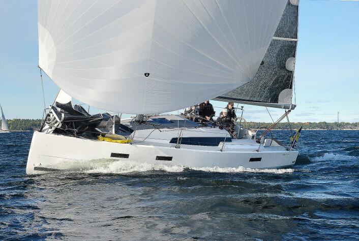 PLANER: Diva 34 SC har lav vekt, og slipper vannet i 7-8 m/s vind med spinnaker.