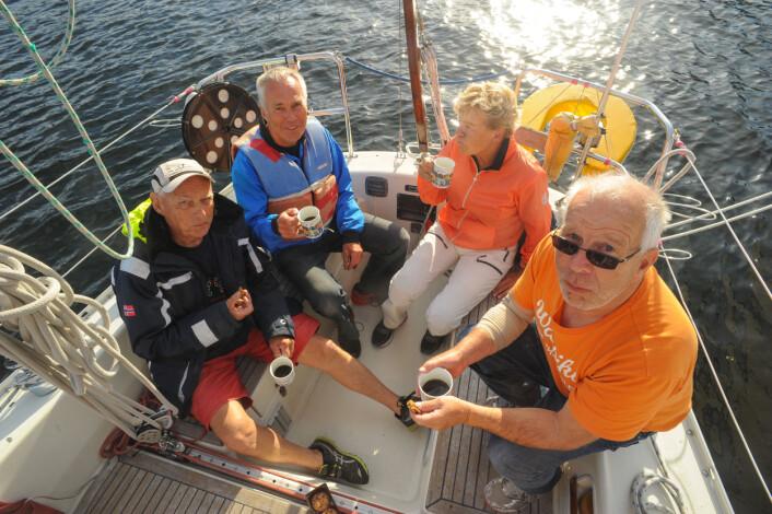 SY KRISTINA: Øystein Nilsen med mannskap i cockpiten, fra venstre Per Gunnar Østervold, Øystein, Ingrid Wirsching og Per Otto Andreassen.