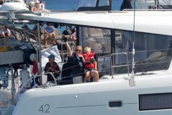 BARN: Den norske Lagoon 42 «Vega» seiler med tre barn.