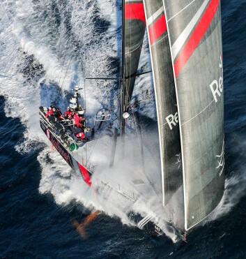 SJØ: Høy fart sender store mengder sjø over dekk, og på seilerne i cockpiten.