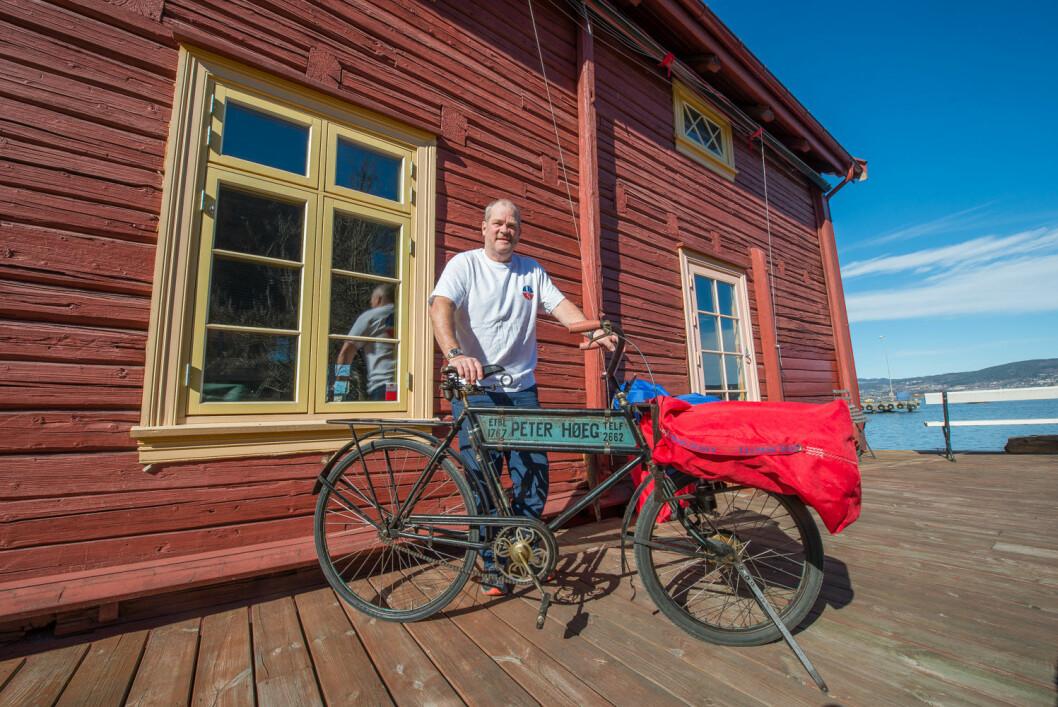 GAMMELT SEILMERKE: Peter Høeg blåser liv i det gamle seilmerket som har eksistert i 250 år.