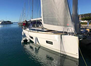 RIGG: Bavaria C45 får en smekkert forskip. Forseilet er selvslående, og båten for rullen under dekk.