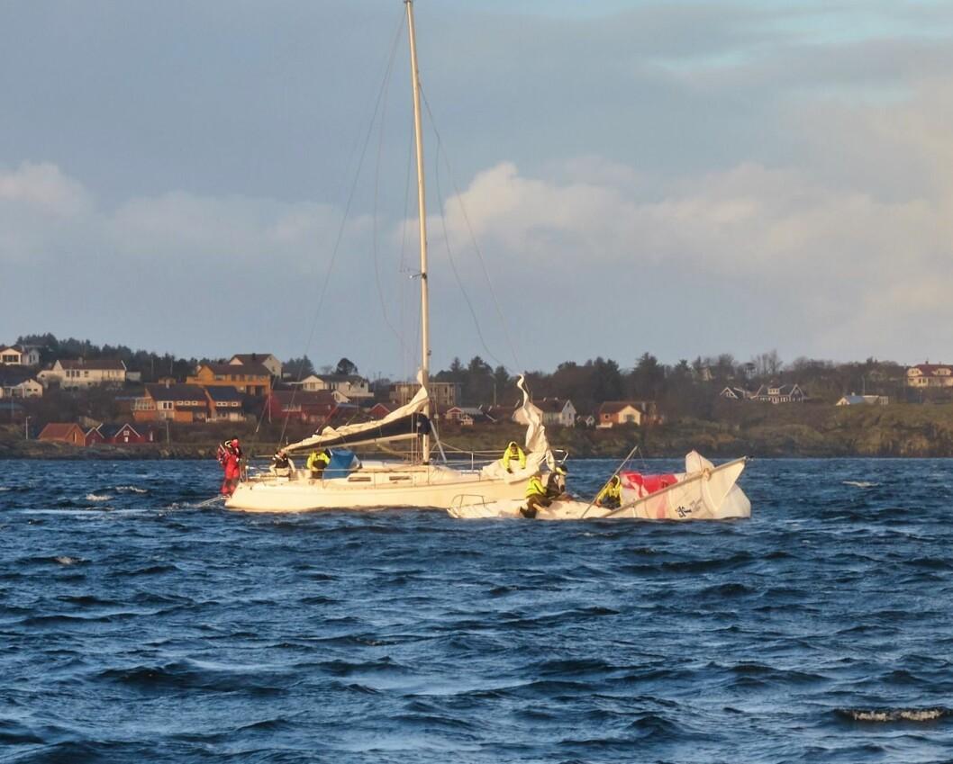 REDNING: Speiderne kom raskt til unnsetning og fikk reddet seilerne før båten sank.
