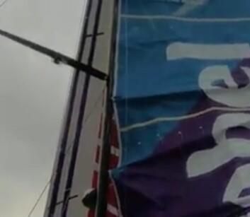 FIX: Etter andre forsøk på å montere skinne på masten, kunne mannskapet på «AkzoNobel» heis storseilet.