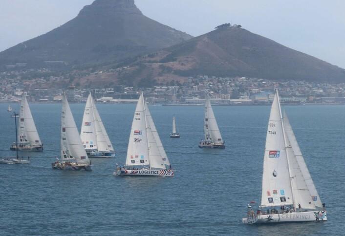 ENTYPE: Tønnesen seiler Clipper, 70-fots båter bygget for å seile jorda rundt. 12 båter startet fra England i August. En båt grunnstøtte utenfor Cape Town, og er ute.