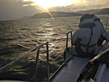 VINTERSEILAS: Romjulseilasen er en uformell regatta for vinterseilerne som ønsker et avbrekk fra ribba i romjula. Her er Mumm a Mia på vei til mål i Sætre romjulen 2014.