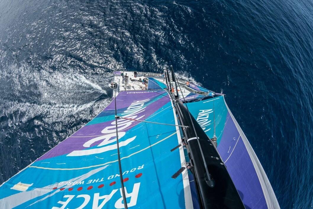 LEDER: «AkzoNobel» har seilt fra bunn til topps på fjerde etappe.