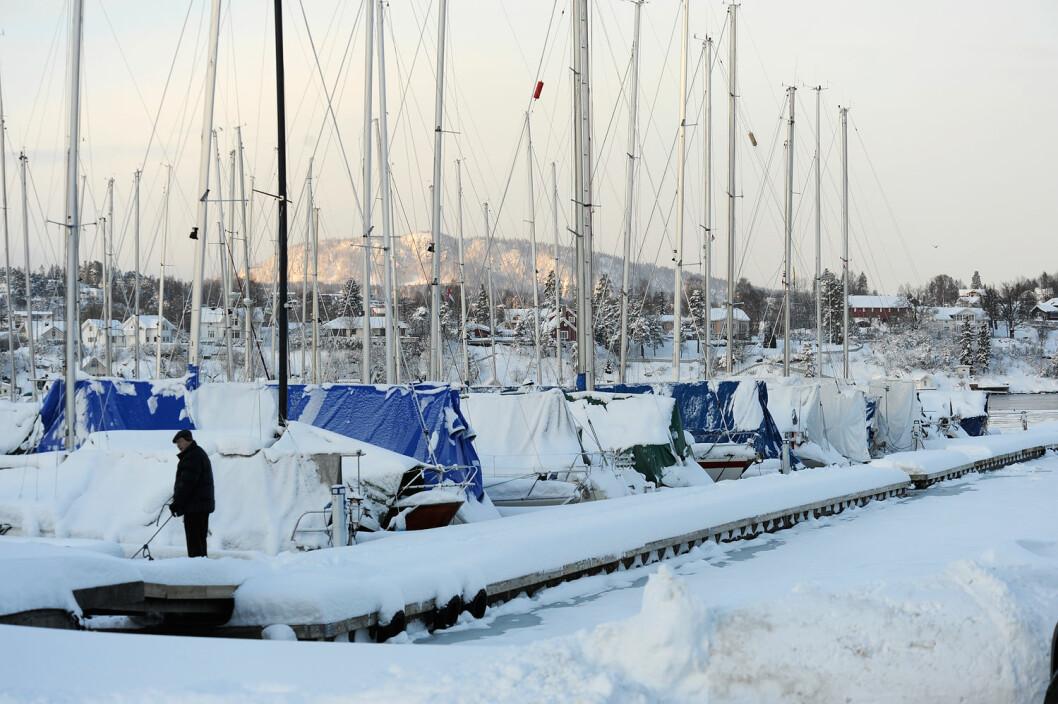 SNØ: Ikke alle har båten under vinterpresenning og er klare for regattaseiling kommende helg.